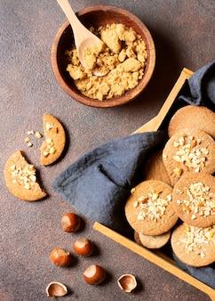 Плоское зимнее печенье десерт в корзине