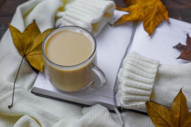 단풍, 따뜻한 스웨터 및 커피 한잔으로 평평하게 누워 있습니다.