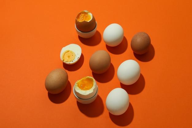 オレンジ色のゆで卵とフラットレイ