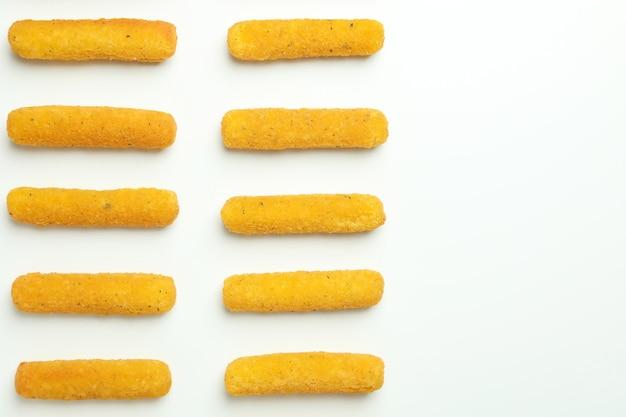 흰색 배경에 치즈 스틱이 있는 평평한 위치