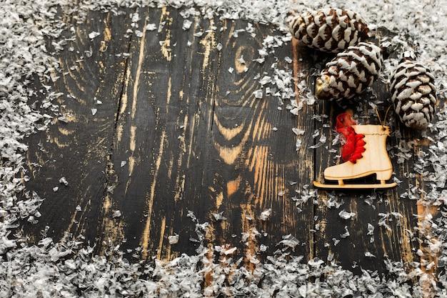 クリスマスのおもちゃと人工雪でフラットレイ
