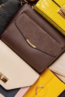 Квартира лежала с коллекцией женских сумочек. покупки, модный образ, онлайн-блог о красоте, концепция продажи