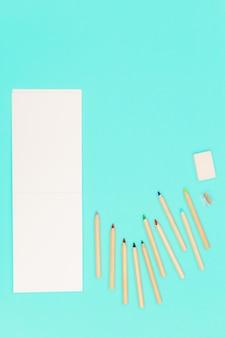 색연필과 학교, 교육용 스케치 패드가있는 평면 배치.