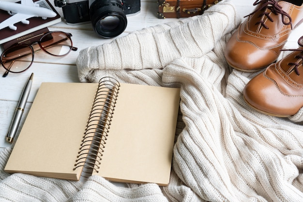 Плоская планировка с комфортным теплым нарядом для холодной погоды, дорожные аксессуары. уютная осень, зимняя одежда, шоппинг, продажа, стиль в натуральных тонах, концепция, вид сверху, копия пространства