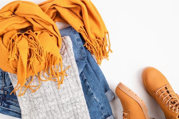 寒い季節に快適な暖かい服装でフラットレイ