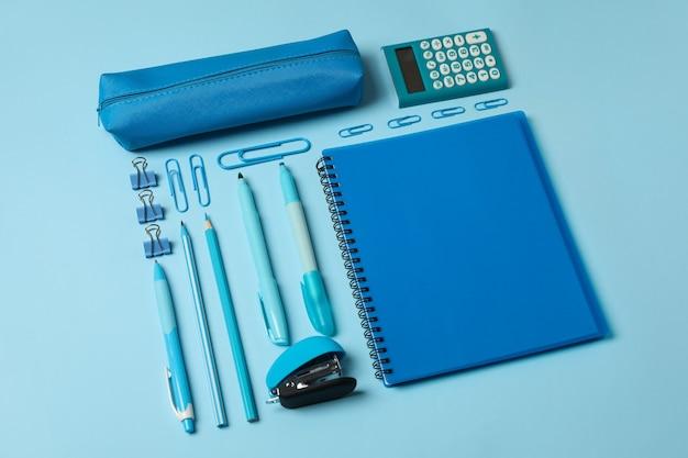 Плоская планировка с различными школьными принадлежностями