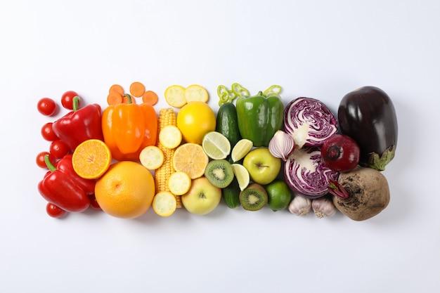 フラットは白のさまざまな野菜や果物を置く
