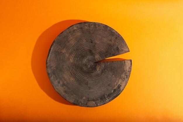 주황색 배경에 나무 원형 연단의 빈 쇼케이스가 있는 평평한 위치