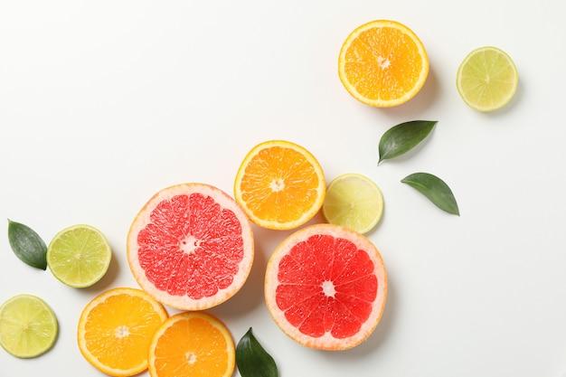 Плоская планировка с экзотическими фруктами на белом фоне, вид сверху