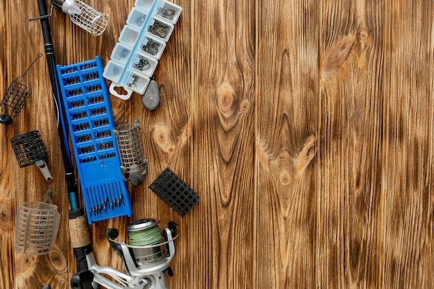 낚시 도구, 낚싯대 및 플라스틱 상자가있는 평평한 바닥