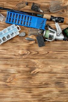 낚시 도구, 낚싯대 및 플라스틱 상자가있는 평평한 평지