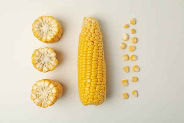 フラットは、白、トップビューで新鮮なトウモロコシを置く