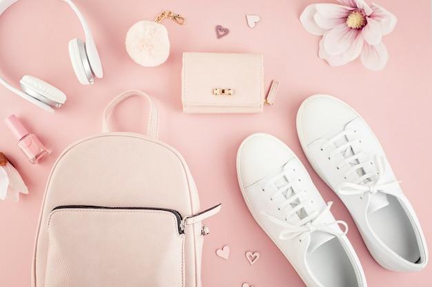 Плоские лежали с девушками весенне-летних аксессуаров в розовых пастельных тонах. повседневный городской летний стиль