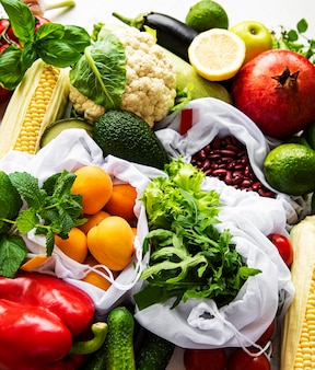 Плоская планировка с ингредиентами для здоровой вегетарианской еды. концепция сырой пищи. разнообразные экологически чистые фрукты и овощи.