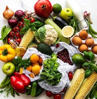 건강한 채식 식사 재료로 평평한 누워. 날 음식 개념. 다양한 유기농 과일과 채소.