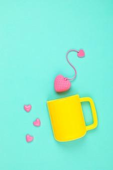 ハート型のティーバッグとカップが付いたフラットレイ。目を覚ます、朝のお茶、毎日の儀式、禅の態度、ストレス、健康的な飲み物、愛の概念