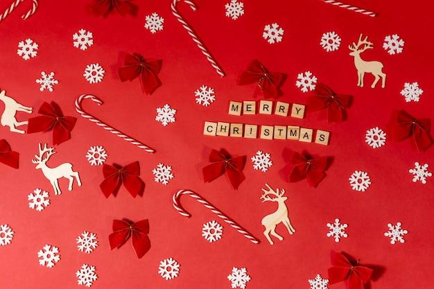 Квартира лежала с надписью с рождеством на красном с оленями, снежинками, полосатыми леденцами.