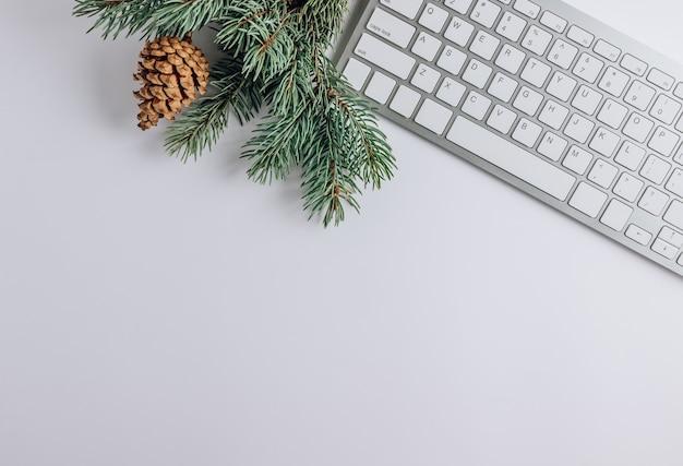 Плоская планировка с клавиатурой, конфетой, подарком и рожками