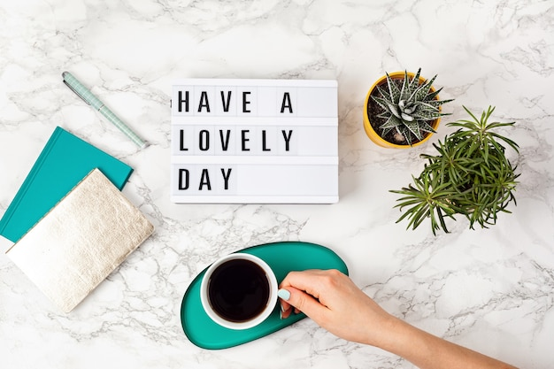 텍스트가있는 라이트 박스가있는 평면 배치 멋진 하루와 커피 잔을 보내십시오. 소셜 미디어, 동기 부여 인용문, 여성 블로그, 근무일의 아침 개념