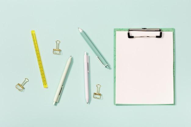 学校やオフィス用のモックアップノートと文房具を備えたフラットレイ。