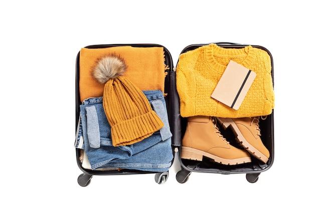 Плоская планировка с открытым чемоданом с повседневной одеждой