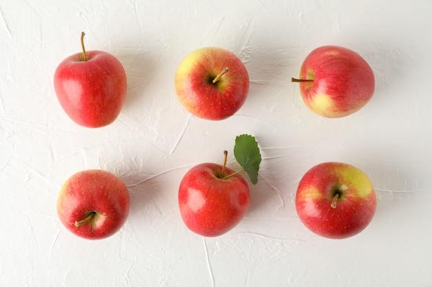 白いテーブルに赤いリンゴとフラットレイアウト