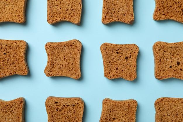Плоская планировка с ломтиками хлеба сэндвич на синем фоне