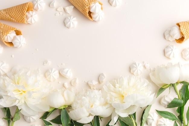 ベージュの春の花のフラット・レイ