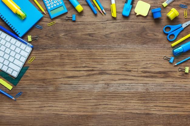 小学生のための文房具付きフラットレイ