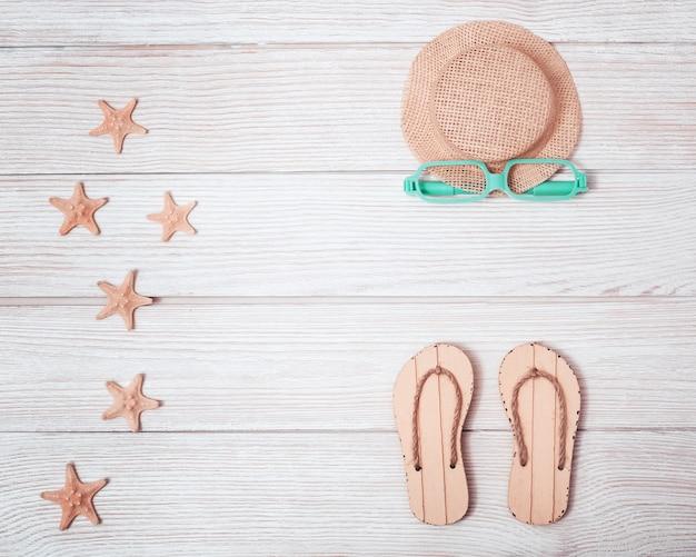 여름 신발, 모자 및 불가사리와 함께 평평한 누워