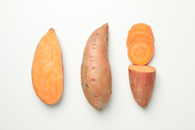 Плоская ложка со сладким картофелем на белой поверхности