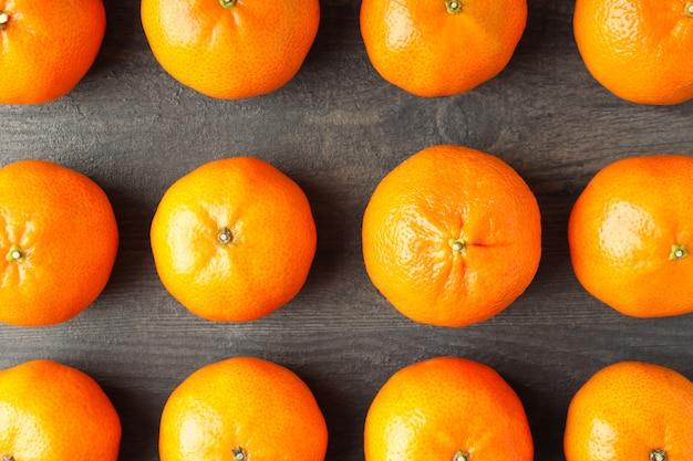 Плоская планировка с вкусными мандаринами на текстурированном деревянном столе