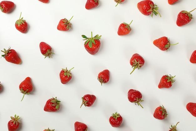 평면 흰색 배경, 평면도에 맛있는 딸기와 함께 누워. 여름 베리