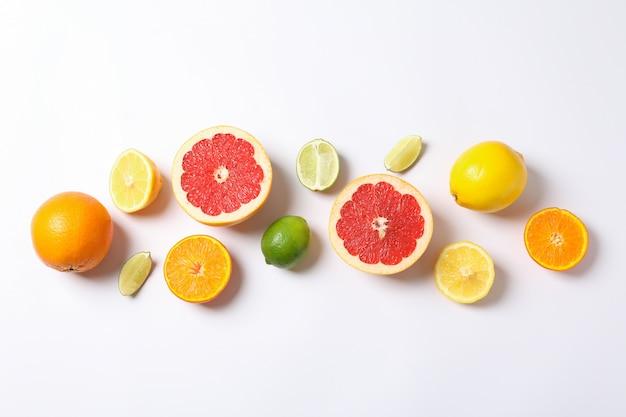 Плоская планировка с овощами и фруктами на белом, место для текста