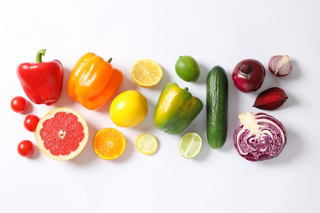 フラットは白の野菜や果物を置く