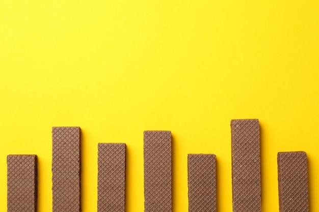 黄色の背景、テキスト用のスペースにウェーハを置くフラット