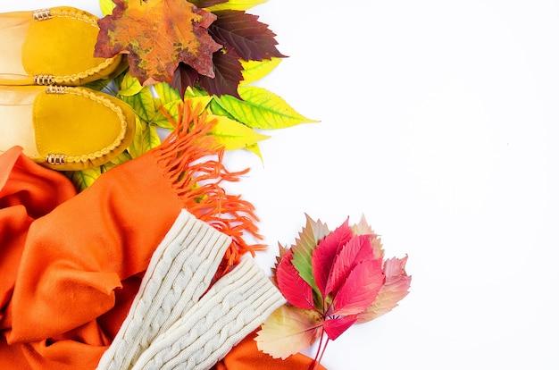 잎이있는 흰색 배경에 가을, 스카프, 신발, 장갑을위한 따뜻한 옷으로 평평한 평신도