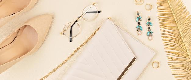 ベージュ色の女性のファッションアクセサリーとフラットレイ。ファッションブログ、夏のスタイル、ショッピング、トレンドのコンセプト。