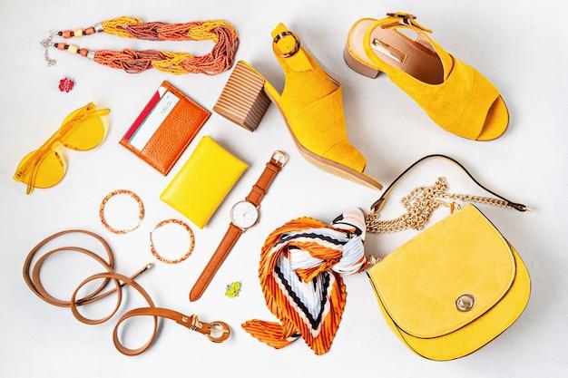 Квартира лежала с женскими модными аксессуарами в желтых тонах. мода, онлайн-блог о красоте, летний стиль, шоппинг и концепция тенденций