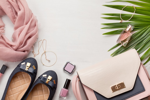 女性のアクセサリーとフラットを置きます。ファッション、トレンド、そしてショッピングのコンセプト