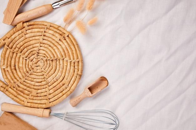 フラットは、木製の台所用品、繊維の背景に調理器具、上からキャプチャしたktchenwareコレクション、モックアップ、フレームに横たわっていた。