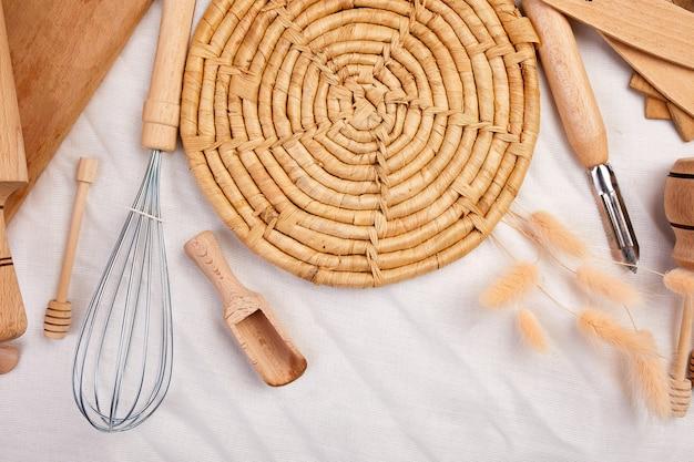 木製の台所用品、テキスタイルの調理器具を備えたフラットレイ