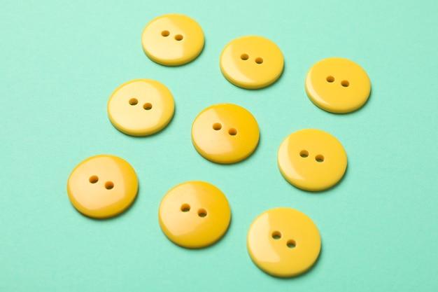 黄色のボタンが付いたフラットレイ