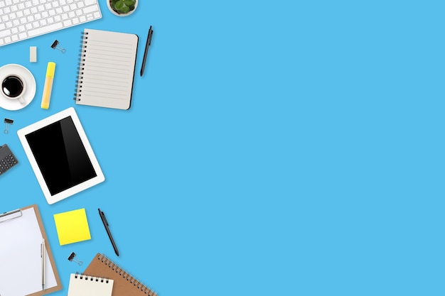 컬러 배경에 노트북 컴퓨터, 사무용품, 커피 컵, 태블릿, 모바일 스마트폰이 있는 평평한 작업 공간 테이블 책상