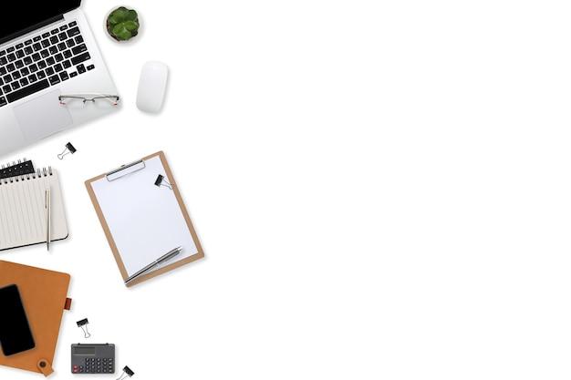 흰색 바탕에 노트북 컴퓨터, 사무용품, 커피 컵, 태블릿, 모바일 스마트폰이 있는 평평한 작업 공간 테이블 책상