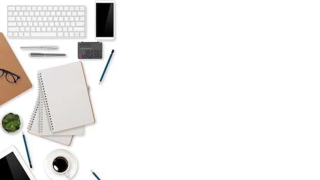 Плоский рабочий стол с портативным компьютером, канцелярскими принадлежностями, чашкой кофе, планшетом и мобильным телефоном на белом фоне