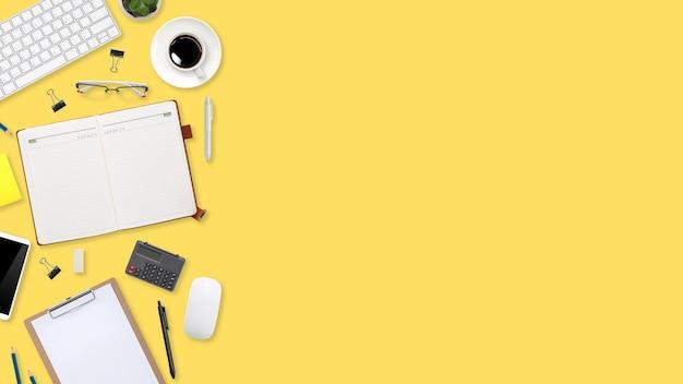 Плоский рабочий стол с портативным компьютером, канцелярскими принадлежностями, чашкой кофе, планшетом и сотовым телефоном на желтом пастельном фоне