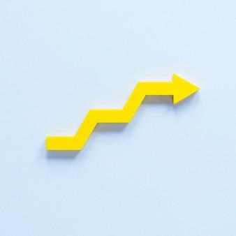 Плоская положенная желтая стрелка в шагах