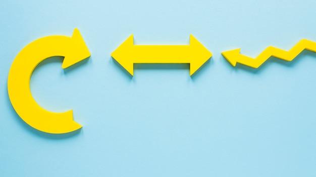 파란색 배경에 평평하다 노란색 화살표