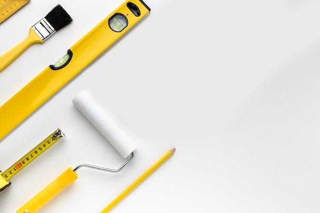 Плоские лежал желтые инструменты с копией пространства